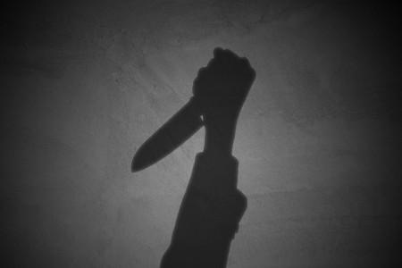 ナイフを持つ手