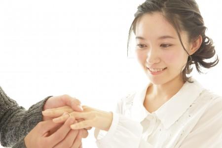 指輪をもらい喜ぶ女性